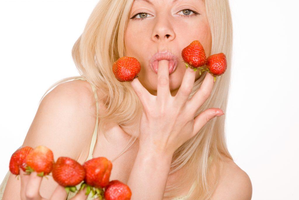 meitene ēd zemenes