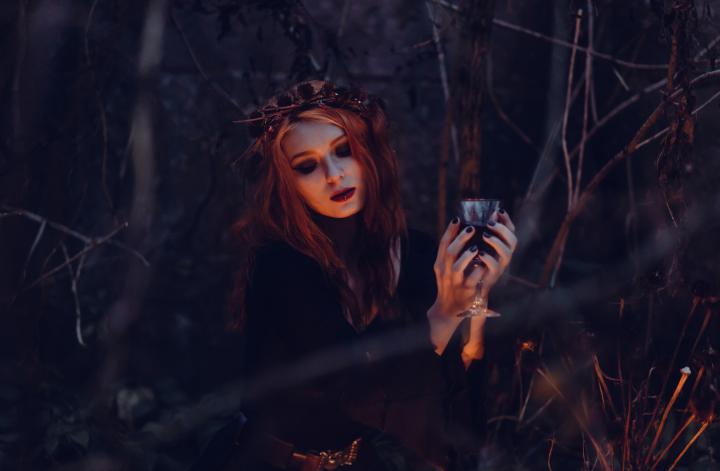 sieviete iejutusies raganas tēlā